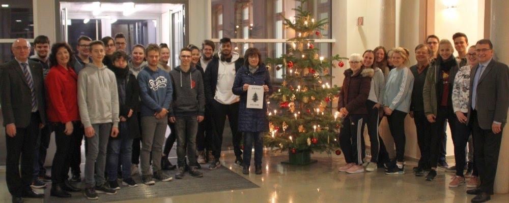 FOSBOS Weißenburg unterstützt Diakonie – 410 Euro für Aktion Wunschbaum